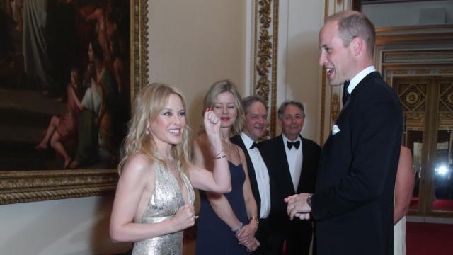 Kylie Minogue 'encontra-se' com príncipe William em evento oficial