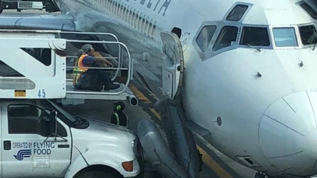 Escorrega de emergência de avião dispara acidentalmente