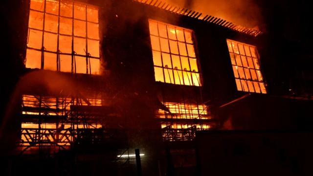 Incêndio devasta edifício de escola de artes em Glasgow pela segunda vez