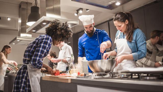 Dezenas de chefs vão a sua casa ensinar-lhe a cozinhar