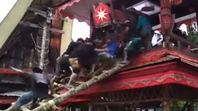 Homem morre ao carregar caixão da mãe na Indonésia