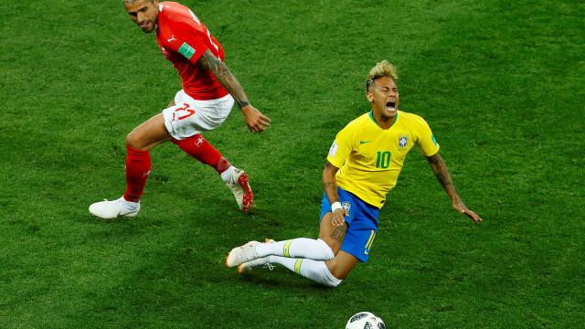 Bar oferece 'rodada' de shots a cada queda de Neymar