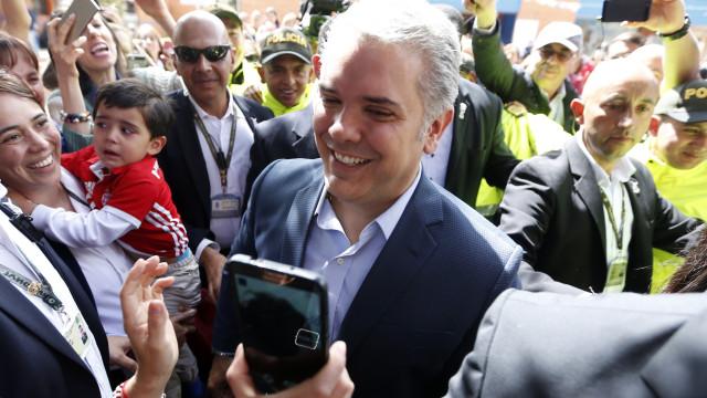 Candidato da direita lidera segunda volta nas presidenciais da Colômbia