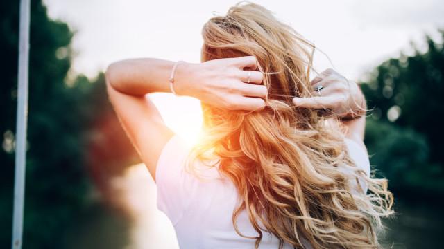 Cabelos loiros ao sol. Como evitar o tom pouco natural e sem brilho?