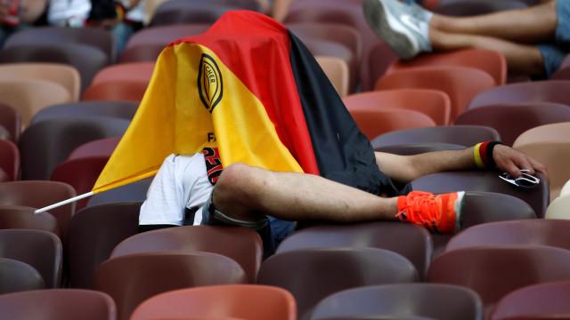 Ai Alemanha, Alemanha. A desilusão no rosto de fãs após derrota da campeã