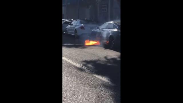 Vídeo capta imagens assustadoras de um Tesla em chamas