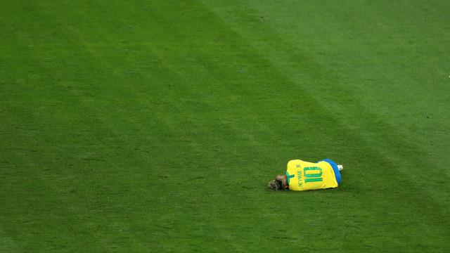 Toca o alarme canarinho: Neymar retira-se do treino da seleção