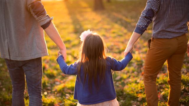 """Centro de adoção francês atribui crianças que """"ninguém quer"""" a casais gay"""