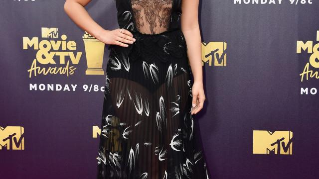 Camila Mendes 'confirma' relação com Charles Melton