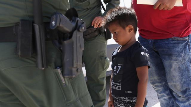 EUA devolvem 522 crianças imigrantes que tinham sido separadas dos pais