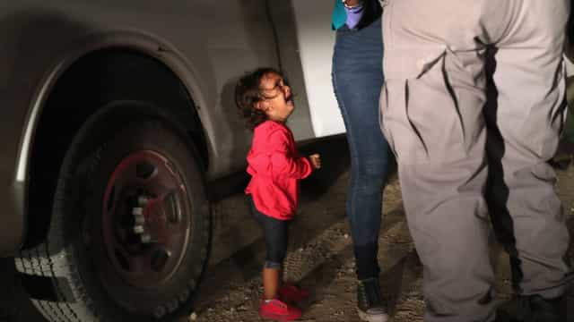 Criança que aparece na capa da Time não foi separada da mãe