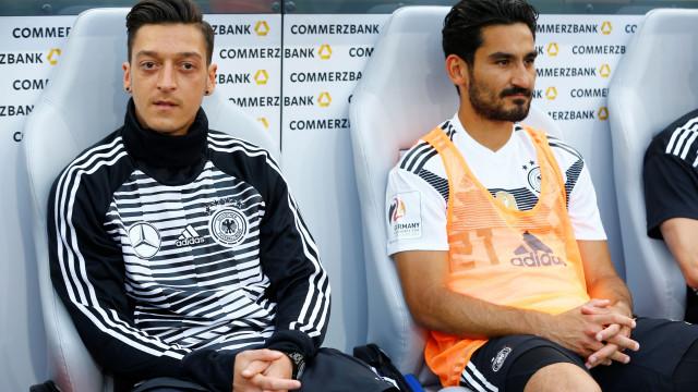 Extrema-direita alemã pede que selecionador expulse Ozil e Gundogan