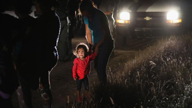 Juiz trava temporariamente deportação de famílias em situação ilegal