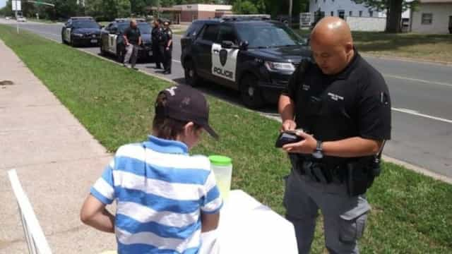 """Polícia tem gesto """"precioso"""" para com menino que foi assaltado"""