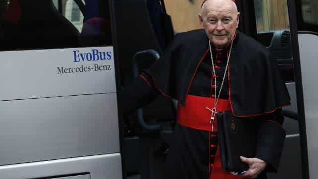 Vaticano afasta antigo arcebispo do sacerdócio por casos de abuso