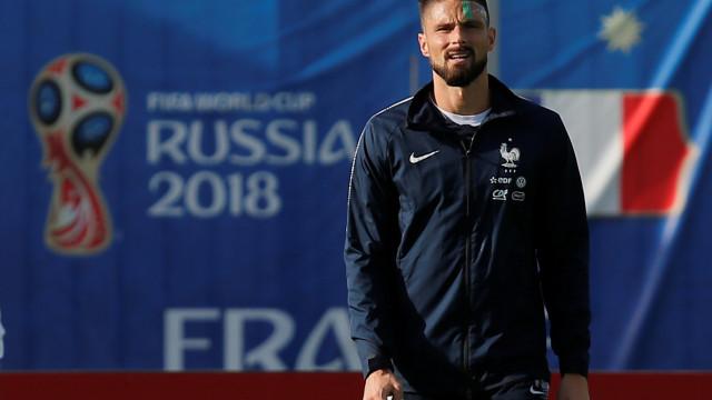 Giroud cumpre promessa após conquista do Mundial e surge de cabeça rapada