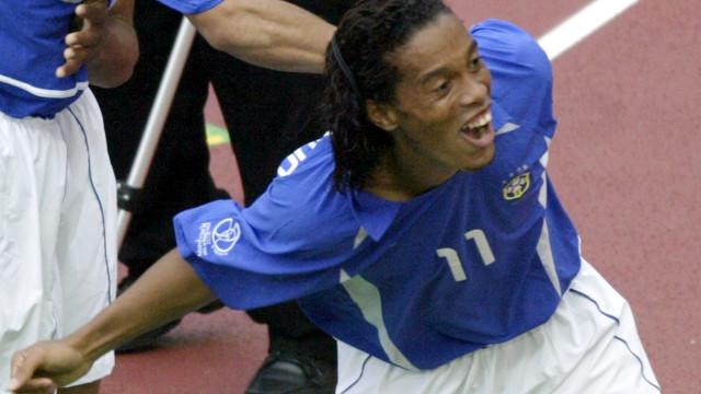Ronaldinho marcou um golo que até hoje gera muita discussão