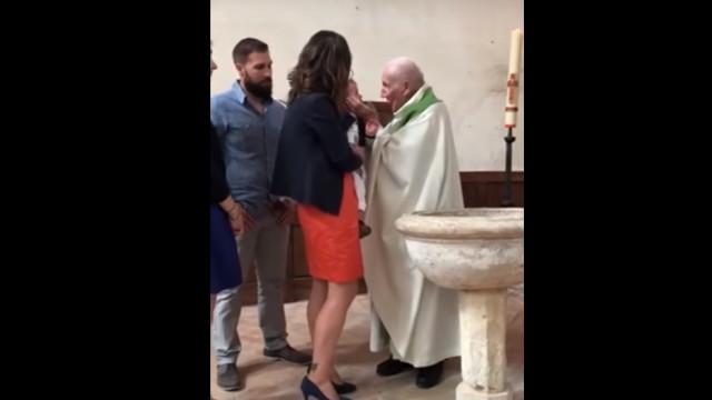Padre agride bebé com chapada durante o batismo