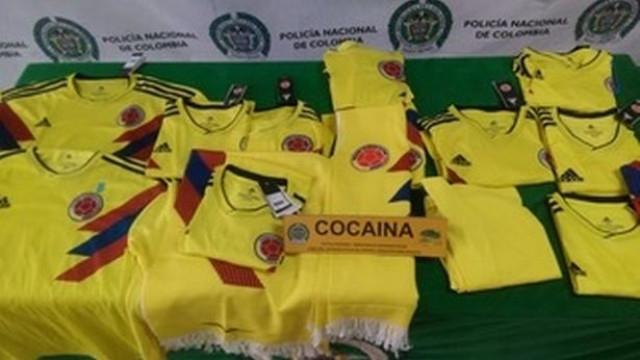 T-shirts da seleção da Colômbia com droga apreendidas em aeroporto