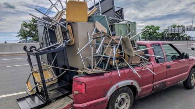Cadeiras, armários... esta carrinha quis levar tudo ao monte. Correu mal