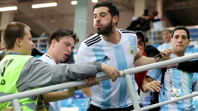 Lágrimas, cuspidelas e confrontos: Escândalo argentino visto nas bancadas