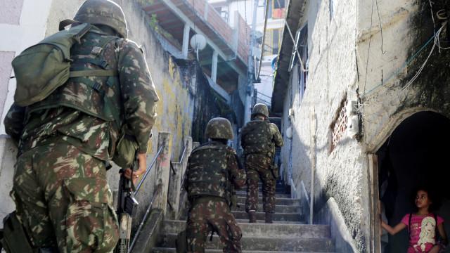 Rio de Janeiro: Militares encontram bunker com restos mortais e munições