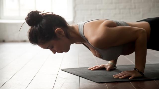 Foque-se nestes três exercícios quando não tem tempo de treinar braços