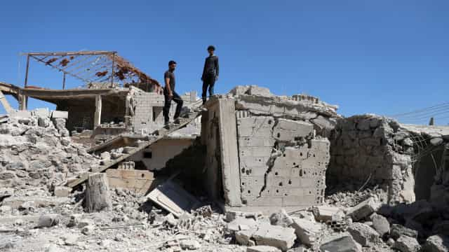 Regime sírio ataca província de Deraa com recurso a bombas-barril