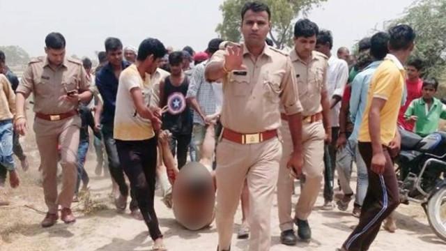 Polícias pedem desculpa depois de foto ao lado de homem a ser linchado