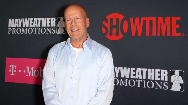 Fãs enternecidos com gesto de Bruce Willis... com um pássaro