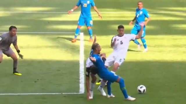 Neymar caiu na área, árbitro marcou penálti, mas... voltou atrás