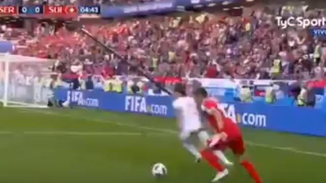 Mitrovic atira para o primeiro e Sérvia vai na frente
