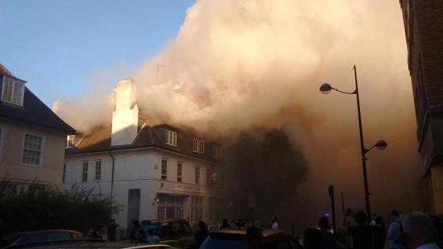 Incêndio em pub londrino 'manda' fãs de futebol a correr para a rua