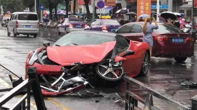 Mulher destrói Ferrari segundos depois de dizer que o carro é incrível