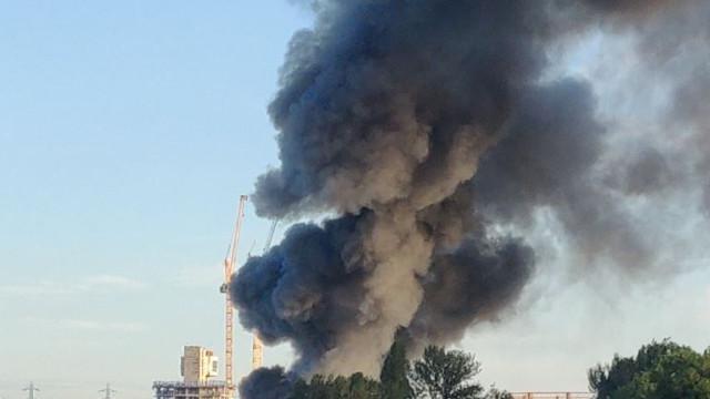 Londres: 120 bombeiros combatem fogo em armazém