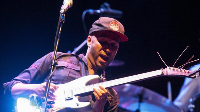 Ex-músico dos Audioslave fratura mão durante concerto