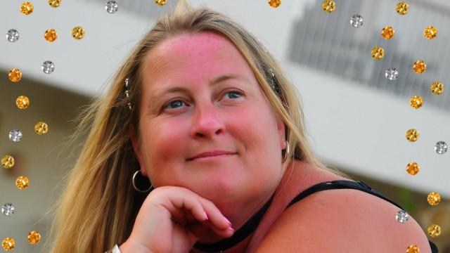 Mulher obrigada a amputar perna oito anos após cair na escola do filho