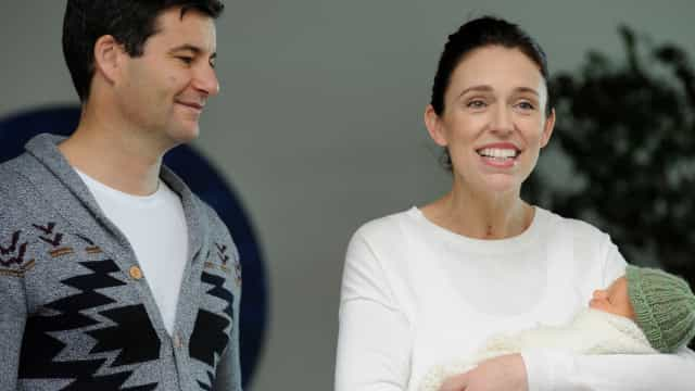 Neve Te Aroha. Primeira-ministra neozelandesa apresenta filha ao mundo