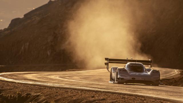 Carro elétrico quebra recorde no desafiante Pikes Peak. Veja as imagens