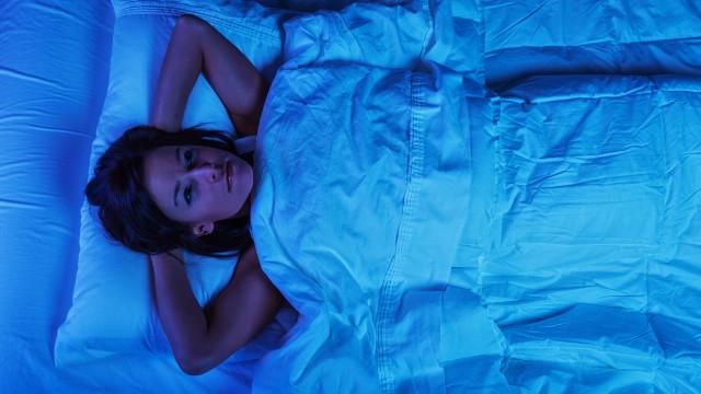 Tem por hábito acordar a meio da noite? Saiba o que está mal