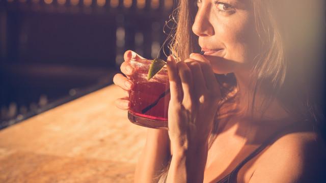 Beber álcool após a prática de exercício físico faz isto ao seu corpo