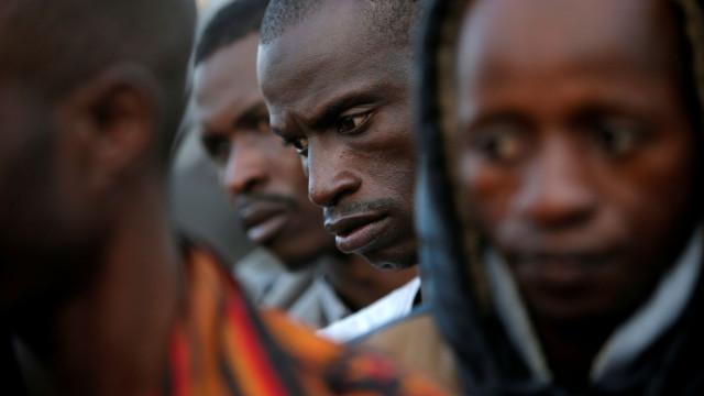 """Refugiados: Amnistia acusa governos europeus de """"conluio"""" com Líbia"""