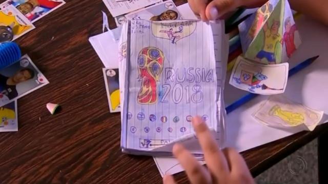 Menino sem dinheiro para cromos desenhou própria caderneta do Mundial