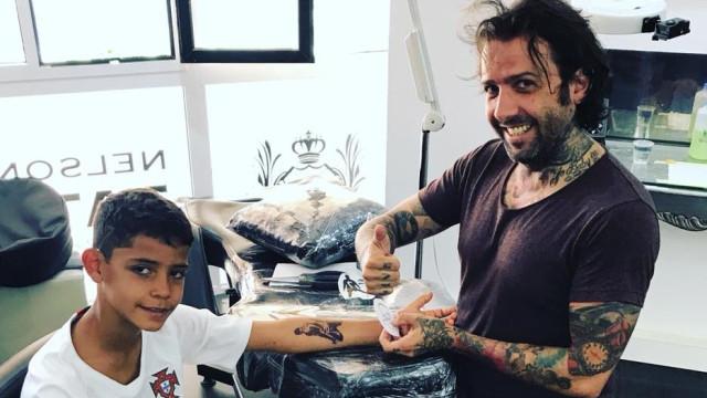 Cristianinho homenageia o pai com tatuagem... de brincar