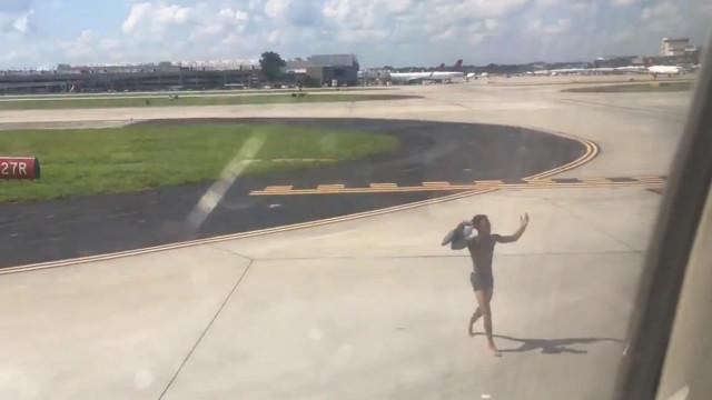 Homem corre pela pista e tenta apanhar avião apenas em roupa interior