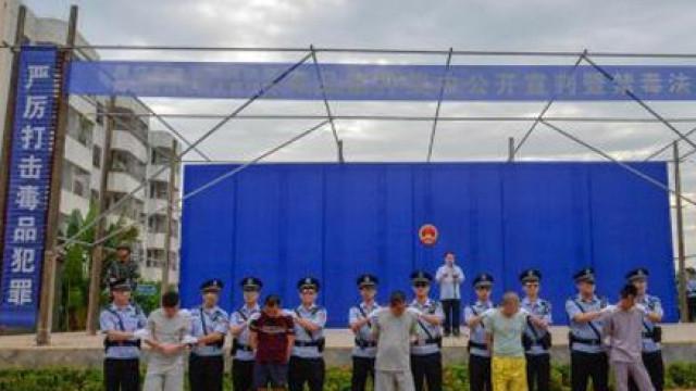 Traficantes de droga condenados à morte em frente a 300 crianças na China