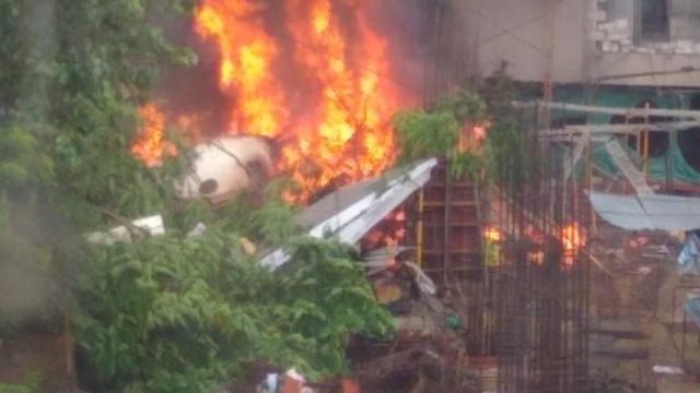 Avião charter despenha-se e incendeia-se em Bombaim