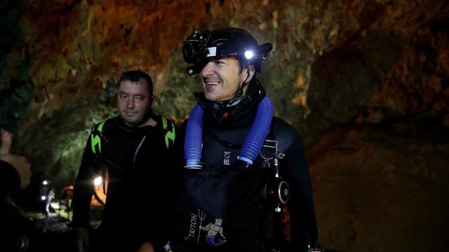Crianças e treinador presos em gruta garantem estar saudáveis