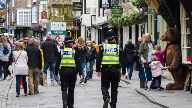 Homem atacado em bar com espada. Polícia negoceia com suspeito