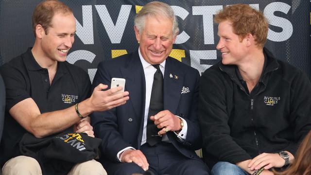 Príncipe Carlos exibe retratos de William e Harry nunca antes vistos